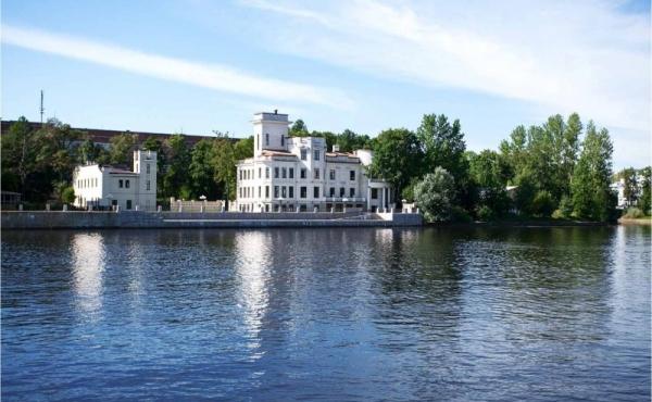 Lussuoso palazzo fronte fiume a San Pietroburgo