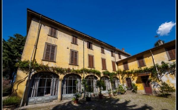 Villa storica da ristrutturare a breve distanza dal lago di Como e da Milano