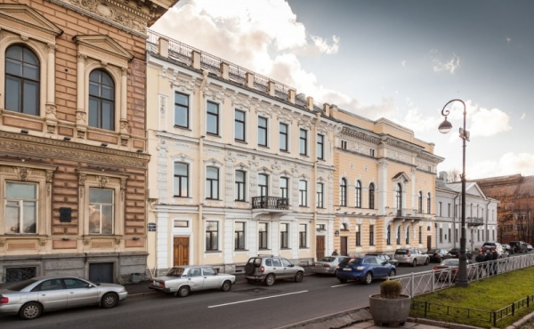 Palazzetto storico con uffici su Anglyskaya naberezhnaya