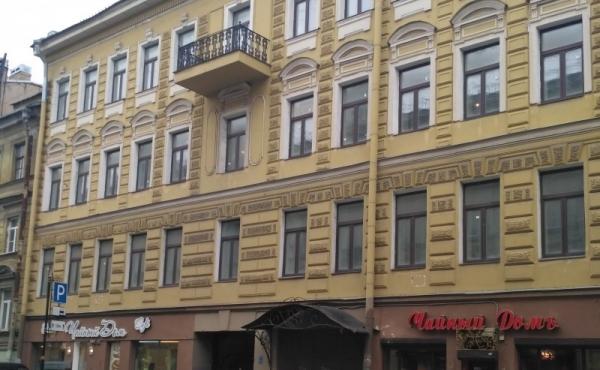 Palazzetto accostato di 1200 mq in affitto/vendita nel centro di San Pietroburgo