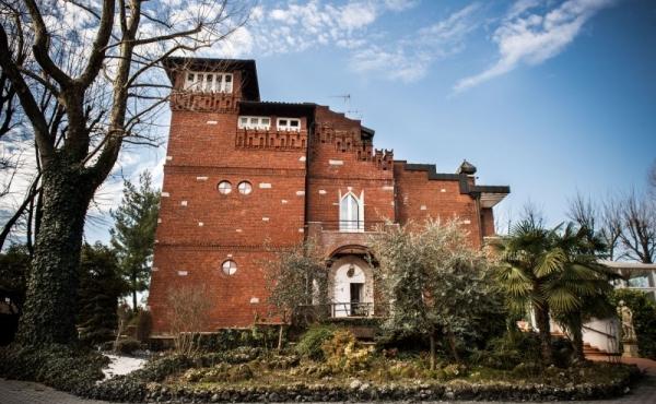 Вилла в неоготическом архитектурном стиле недалеко от Милана