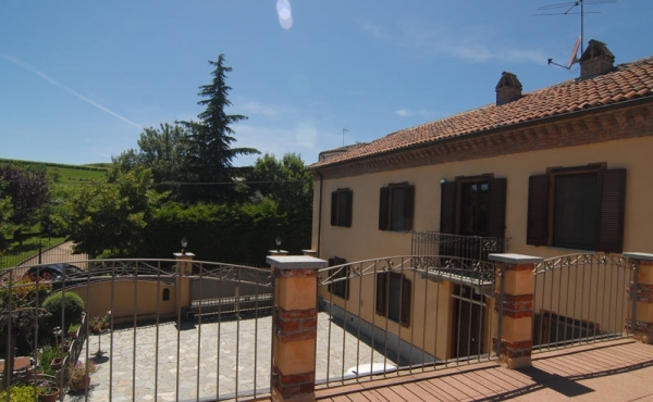 Villa con vigneti in produzione nel Monferrato