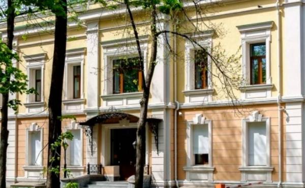 Edificio indipendente di 1918 m2 sul territorio di complesso per uffici e showroom