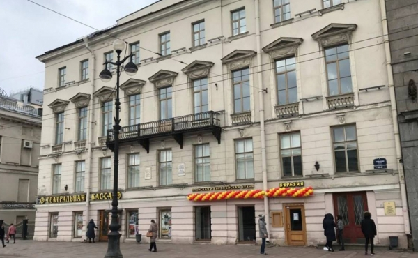 Street retail premises on Nevsky Prospekt for sale as income-producing investment