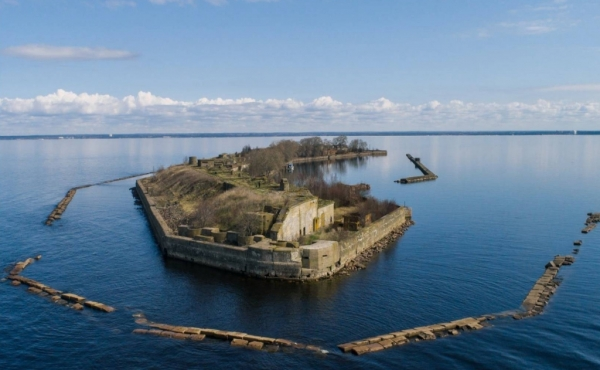 Sale of lease rights on a small island with military fortifications in ruins in the Gulf of Finland