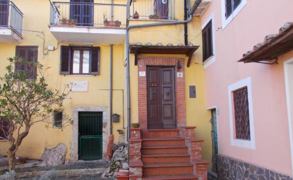 Двухуровневый таунхаус на продажу в живописном средневековом посёлке в 1 часе езды от Рима