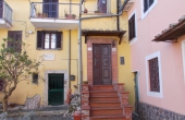 Townhouse for sale in picturesque historic hamlet within 1-hour drive from Rome