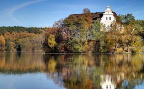 Историческая усадьба на озере в 1 час езды от Праги (СРОЧНАЯ ПРОДАЖА)