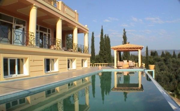 Maestosa villa in stile neoclassico con splendida vista mare a Corfù