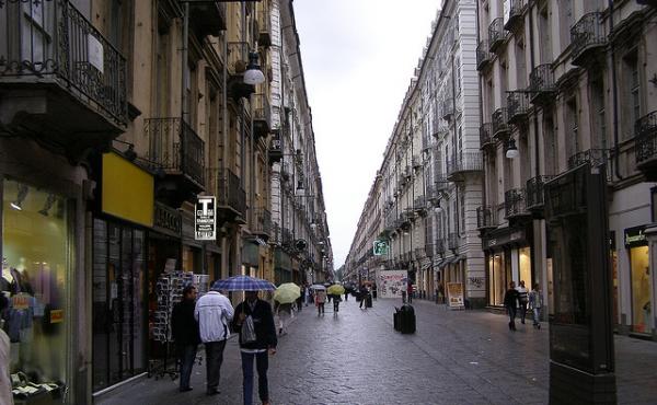 Продажа готового фаст-фуда в пешеходной зоне в центре Турина
