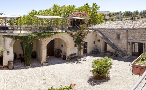 Усадьба под реконструкцию в 300 метрах от моря на Сицилии