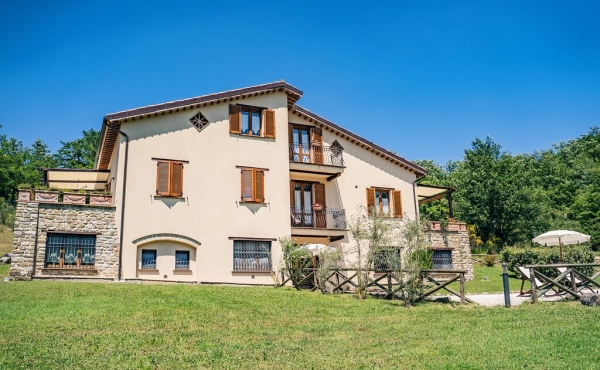 Splendida proprietà per agriturismo con piscina non lontano da Assisi