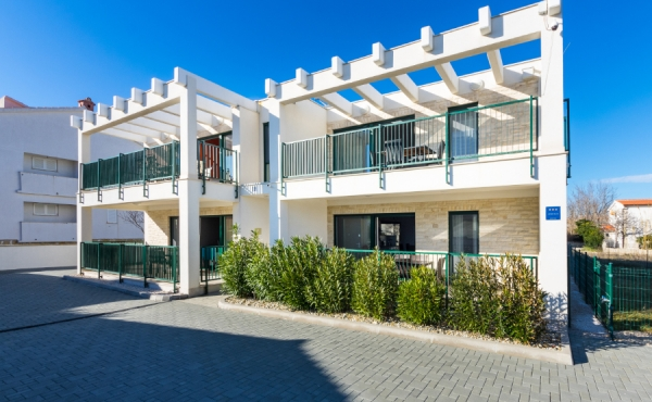 Дом с апартаментами и участки под строительство на продажу на море