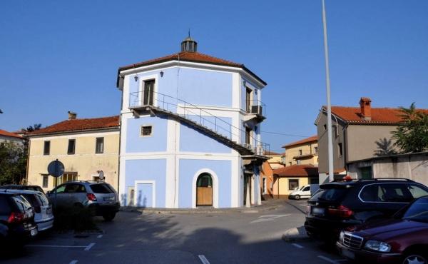 Отдельно стоящее здание под ночной клуб в Сежане в Словении